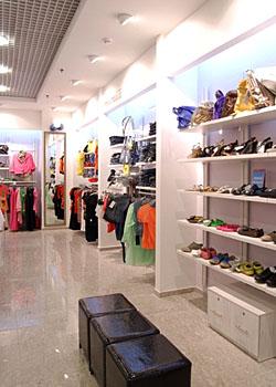 5b6316adefa9c Модная одежда. Оформление магазина женской одежды